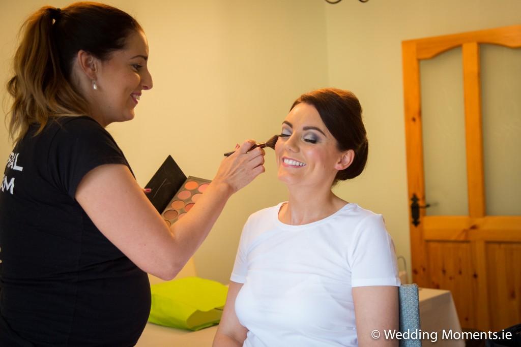 Makeup artist Muireann o connor applying makeup to bride