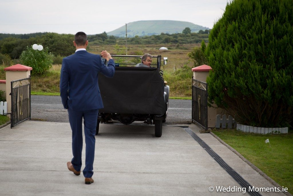 wedding car arriving at brides house